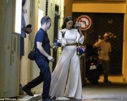 Нервозна и со вино во раката: Ријана фотографирана за време на нападот во Ница